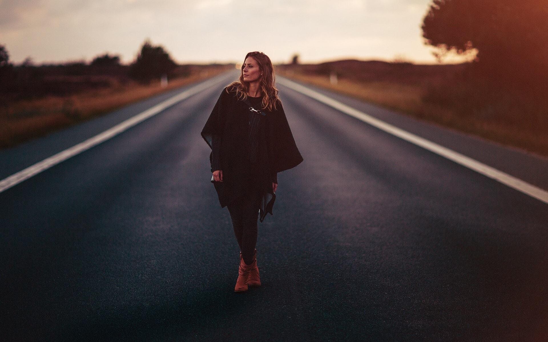 Vrouw poseert op straat