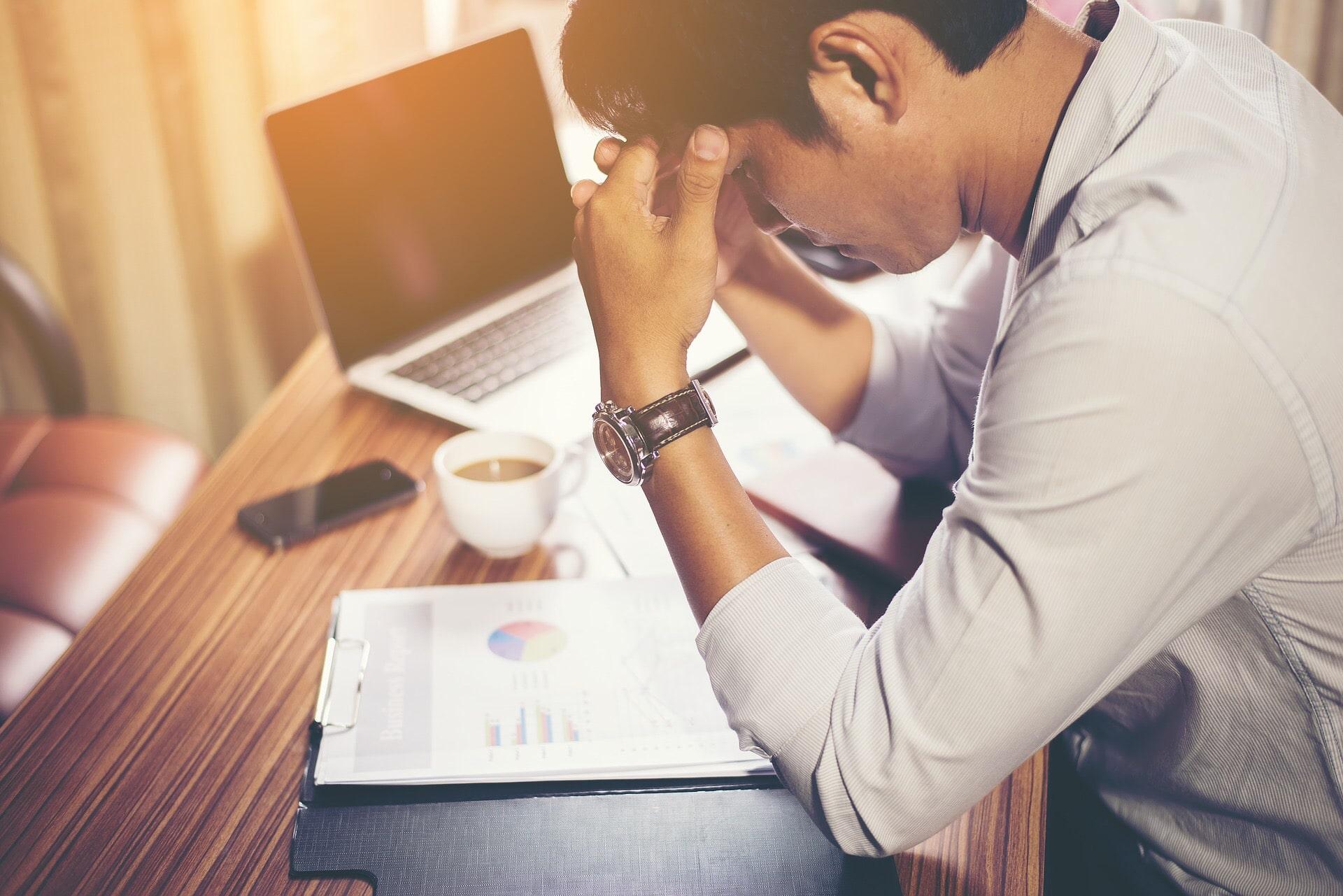 stresspreventie op het werk man piekeren kantoor